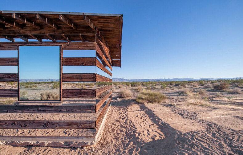 Дом с зеркальными панелями